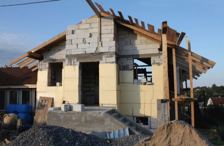 Из чего строить дом: кирпич или газобетон – плюсы и минусы